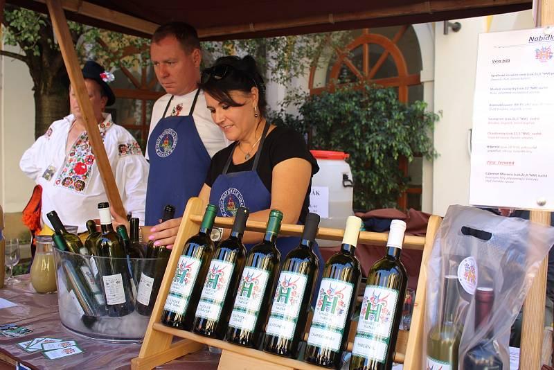 Slovácké slavnosti vína a otevřených památek v Uherském Hradišti. Na nádvoří Reduty.