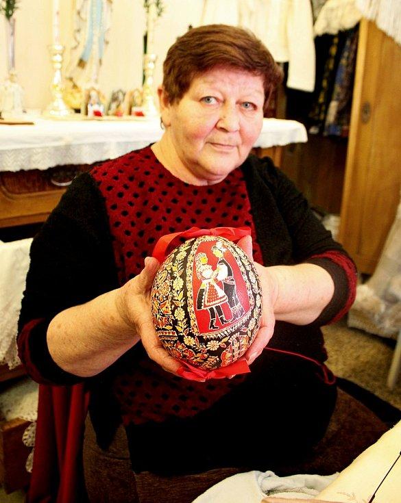 Navzdory koronaviru tvoří Marie Vlčková batikované kraslice celý rok.