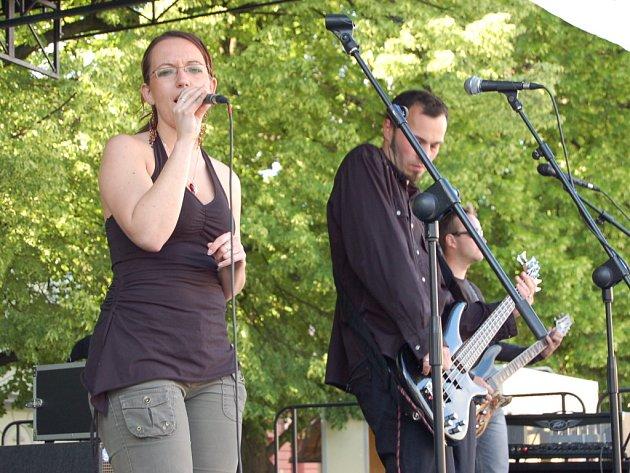 Monika Burdová s kapelou Free Fall.