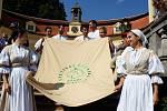 Členové Hradišťanu představili veřejnosti festivalový prapor.
