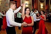NA BÁLE. V historických prostorách Stojanova gymnázia Velehradě panovala příjemná plesová atmosféra.