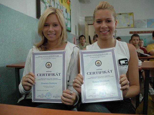 Studenti převzali certifikát o absolvování kurzu anglického jazyka na EPI v Kunovicích.