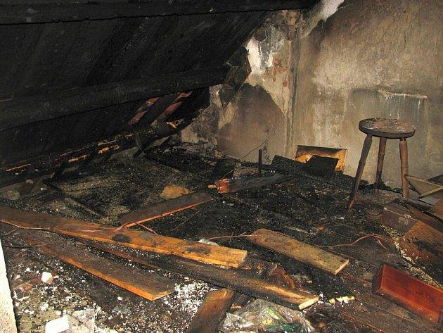 Zásah bleskem v Horním Němčí způsobil 24. dubna požár půdy rodinného domu.