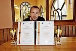 Páleničář Jiří Mareček si zTrenčína přivezl dva poháry. Jeden za nejlepší slivovici, druhý za višňovici.