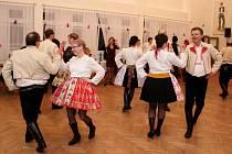 Nejen při české besedě vynikly při krojovém plese v Kudlovicích pestrobarevné oděvy tanečnic a tanečníků.