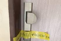 Policejně zapečetěný byt ve Starém Městě, kde ve čtvrtek 28. září napadl nožem 28letý otec své dvě děti a jedno z nich zemřelo.