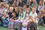 Zahájení školního roku na ZŠ Sportovní v Uherském Hradišti. Kvůli počasí se uvítání prváčků přesunulo do školní tělocvičny.