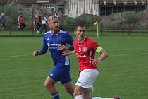 útočník Uherského Brodu Robin Josefík (v červeném dresu) při zápase 2. kola MOL Cupu s vysočinou Jihlava