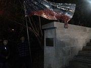Národní symbol naší republiky - Československá, nyní Česká státní vlajka, se výtvarníkovi Marku Vráblíkovi stala předlohou, pro vytvoření památníku událostí 17. listopadu 1989 v Uherském Brodě.