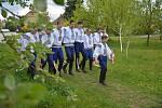 Budoucí vlčnovský král František Šobáň při pondělní mrskačce tradičně doprovázel družinu svých ochránců, tvořenou jedenácti mládenci z ročníku 1996, kteří s ním pojedou letošní jízdu králů 25. května.