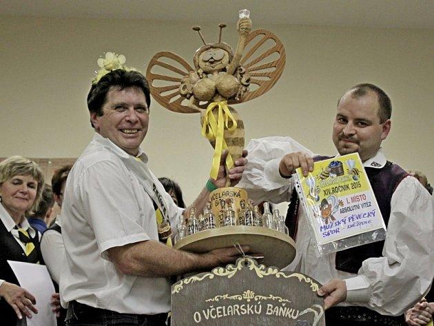 Miroslav Janků z pěveckého sboru Kněžpole převzal nejen prsatou včelu za absolutní vítězství v soutěži, ale i druhou cenu od babské komise.