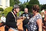 Pavel Petržela z Vracova si umí na česnekovém festivalu udržet pořádek. Nebo že by jen s ženami laškoval?