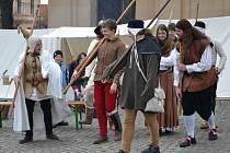 Kateřinský jarmark v Uherském Brodě hlídala stráž v kostýmech.