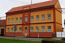 Základní škola v Huštěnovicích volala několik let po obnově fasády. Letos se jí dočkala.