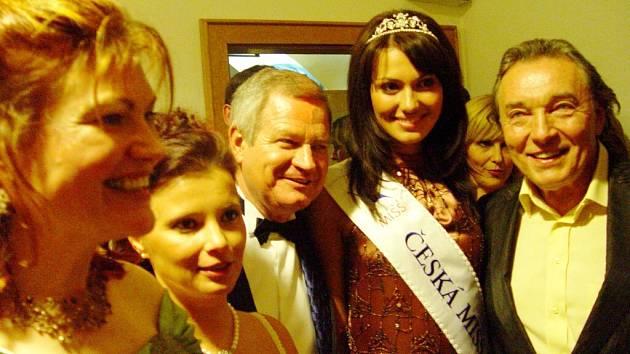 O fotografii s Karlem Gottem byl zájem, zvláště když u toho asistovala i Česká Miss 2008 Eliška Bučková.