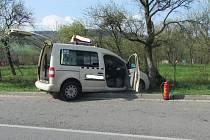 Náraz vozidla do stromu u Pitína se obešel bez zranění řidiče.