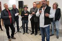 Kresby, grafiky, olejomalby a dřevěné plastiky, které spatřily světlo světa v rámci Vojšického plenéru v průběhu uplynulých 20 let, mohou až do 25. listopadu obdivovat návštěvníci uherskohradišťské Reduty. František Pavlica (s mikrofonem).