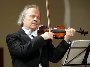 Houslista Václav Hudeček.
