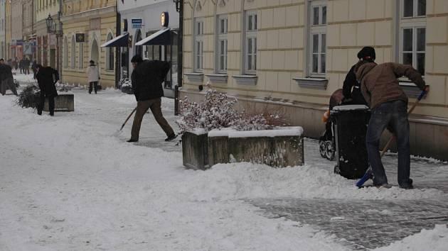 Na neuklizených chodnících hrozí nebezpečí úrazu.