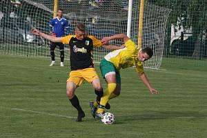 Fotbalisté Boršic (žluté dresy) porazili Slušovice 2:1 a postoupili do čtvrtfinále Poháru Zlínského KFS.