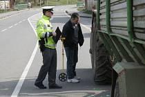 Traktorista srazil na vlčnovském přechodu důchodkyni.