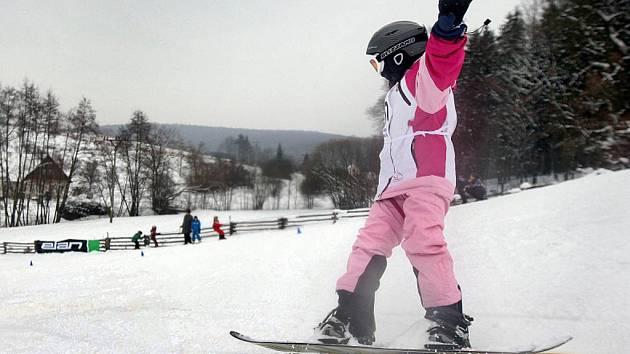 Malí sportovci soutěžili v pátek 4. února v Prvním ročníku dětských lyžařských závodů o Chřibákův dort na sjezdovce ve Ski parku v Osvětimanech.