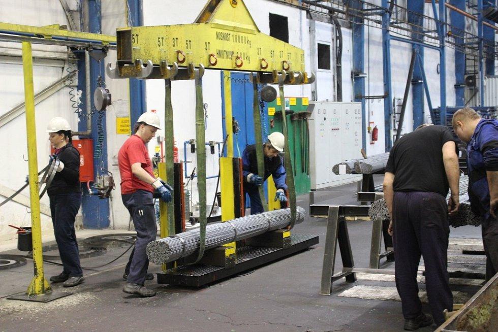 V tažírně ve Starém Městě jsou opracovávány ocelové tyče.