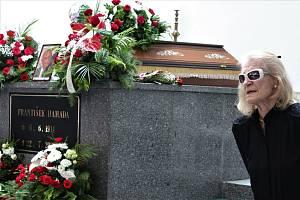 Poslední rozloučení s Františkem Hamadou ve smuteční síni hřbitova v Mařaticích.