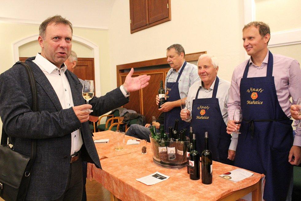 Vzhledem k nepřízni počasí byla nedělní (8. září) výstava vín v Redutě příjemným vyvrcholením XVII. ročníku Slováckých slavností vína a otevřených památek. Stánek Vinařů Mařatice navštívil i starosta Stanislav Blaha.