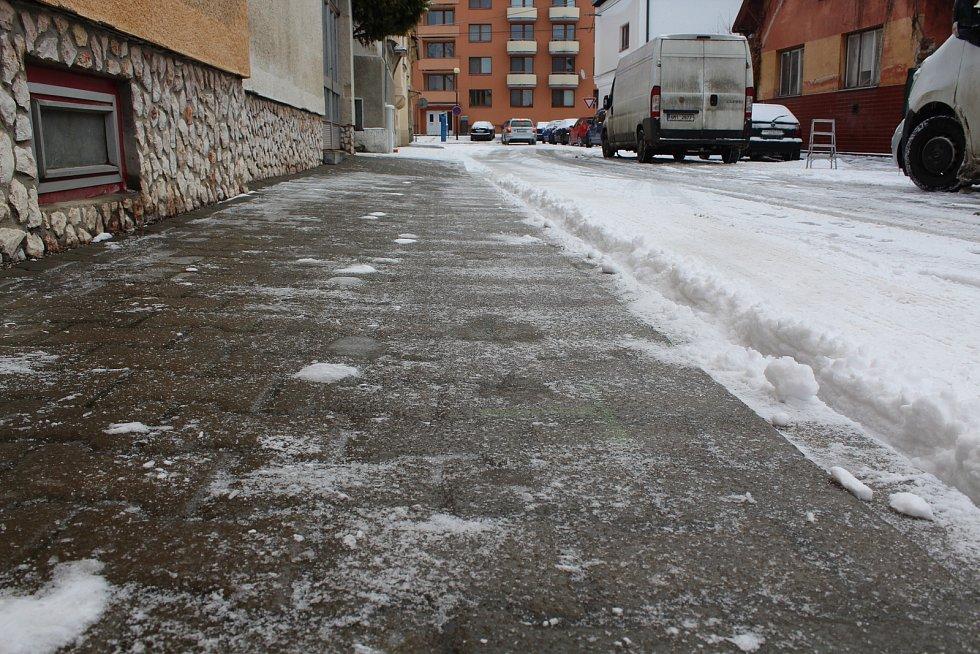 Uherské Hradiště zasněžené a chodník na Jiráskově ulici pod ledem.