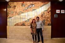 Plastika Vena Vitae ve foyer uherskobrodského Domu kultury s autory, Janou a Josefem Koláčkovými.