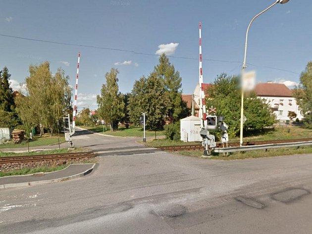 Přejezd u pálenice chce zrušit Správa železniční dopravní cesty, obec to odmítá.