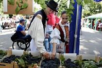 Chutnal burčák a víno, ale zaujaly i folklorní soubory