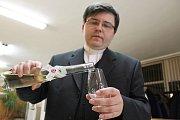 Farář Petr Hofírek tentokrát žehnal vínu i od Milana Dufky.