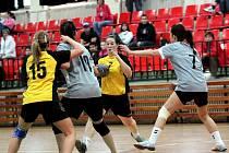 Házenkářky Kunovic jsou zatím k nezastavení, vyhrály i derby s Vlčnovem. Klíčovou postavou utkání byla Veronika Sklenářová (s míčem), která zaznamenala devět branek.