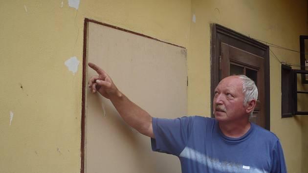 Na výstavbě Centra Sv. Ludmily se už čile pracuje. Rodina, která bydlí v jejím sousedství tvrdí, že jim praská dům a proti stavbě se odvolali.