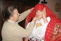 Starší stárce Pavlíně Janoškové vázala už druhým rokem turecký šátek Terezie Snopková .