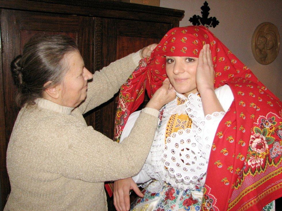 3c4a74bdd83 Starší stárce Pavlíně Janoškové vázala už druhým rokem turecký šátek  Terezie Snopková .