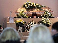 Pohřeb E. Š.ve smuteční obřadní síni na hřbitově v Uherském Brodě.