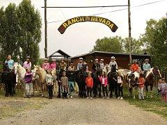 Účastníci jednoho z letošních pobytových kurzů na ranči Nevada na Smraďavce.