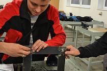 S čím se potýkají instalatéři, opraváři, podlaháři? Uherskobrodští učni s tím seznámili žáky základních škol.