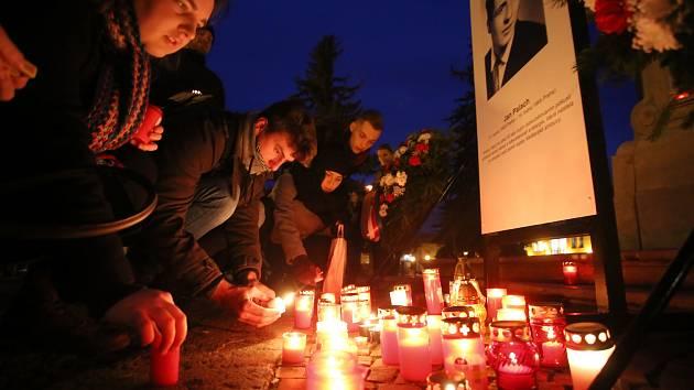 Pietní akt k uctění památky Jana Palacha na Mariánském náměstí v Uherském Hradišti.