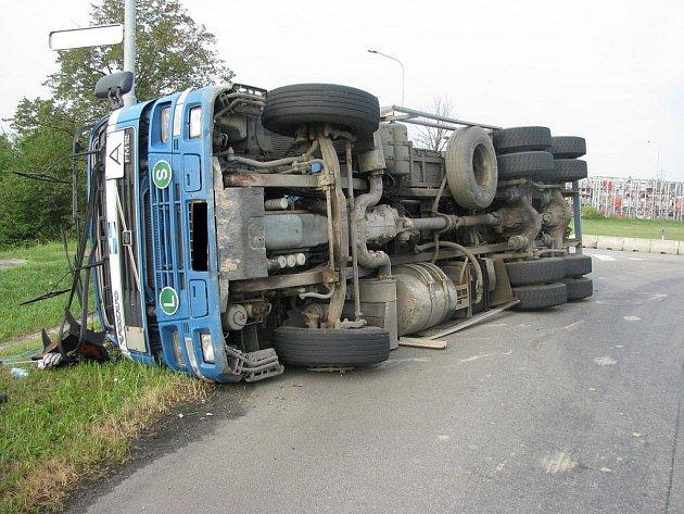 Na kruhovém objezdu došlo k havárii nákladní soupravy s tahačem.