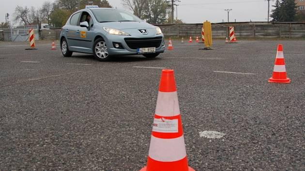Zručnost své jízdy si v pátek procvičili frekventanti uherskohradišťských autoškol.