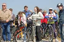 Otvírání cyklostezky se zúčastnily desítky lidí.