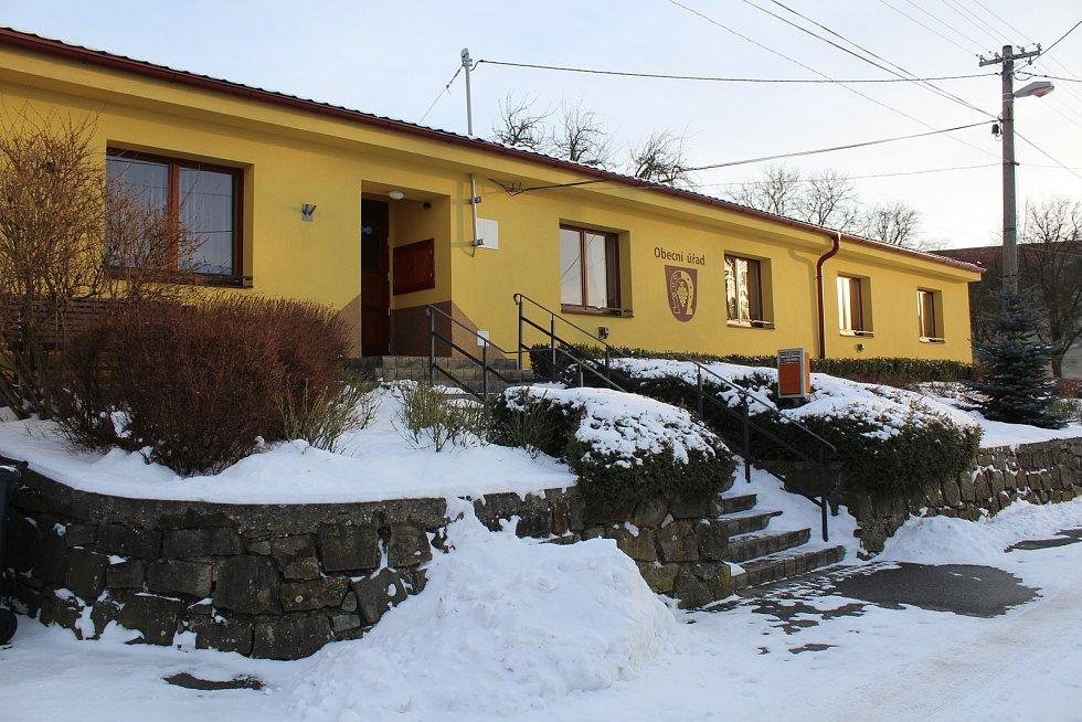 Hostějov se sněhovou pokrývkou. Obecní úřad a kulturní dům.