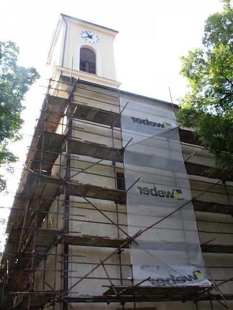 Na farním kostele svatého Jakuba staršího v Komni pokračují po několikaleté přestávce opravy.