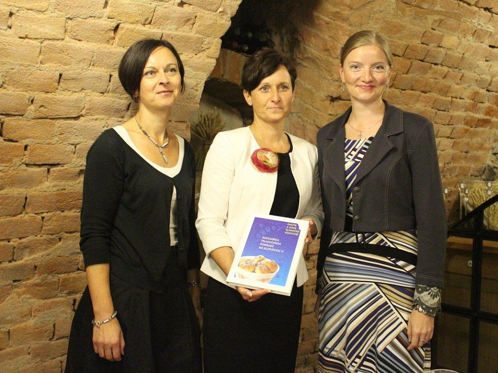 Autoři Kuchařky tradičních pokrmů na Slovácku v pátek 3. října slavnostně představili druhý díl publikace.