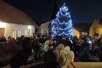 V Podolí byl letošní ročník akce Česko zpívá koledy obohacen také o živý Betlém.
