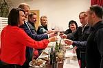 Zatímco svatý Martin povolil otevřít Svatomartinské víno 2016 a mladá vína vpátek jedenáct minut po jedenácté hodině dopolední, vPenzionu Pod Starýma Horama je odšpuntovali a jejich první doušky milovníci vína ochutnali až po hodině devatenácté.